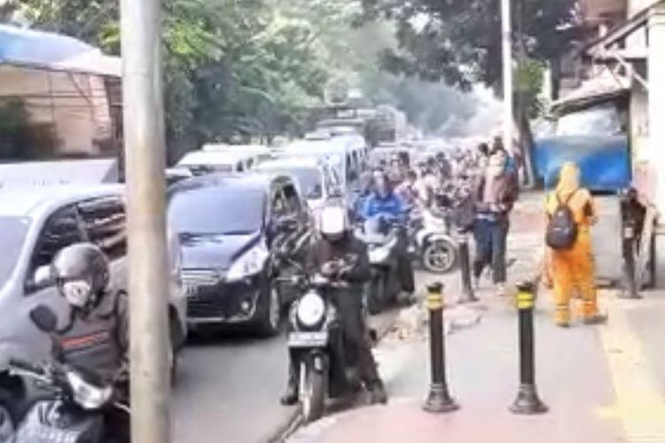 Sebuah mobil ambulans terjebak di kemacetan di Jalan Raya Lenteng Agung, Jagakarsa, Jakarta Selatan pada Senin (5/7/2021) pagi.
