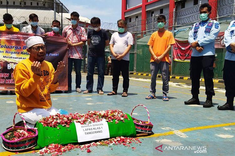 Jajaran petugas pemasyarakatan Rutan Kelas I Salemba menggelar doa bersama dan tabur bunga dengan ribuan warga binaan pemasyarakatan (WBP) di Jakarta Pusat, Kamis (9/9/2021).
