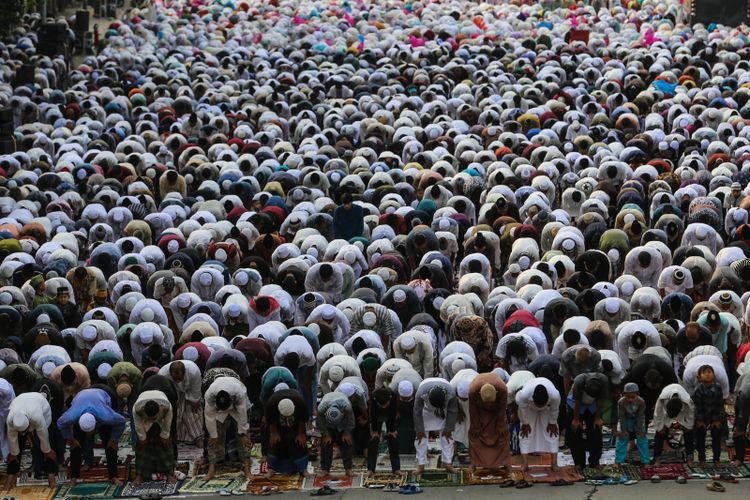 Umat Muslim melaksanakan Shalat Idul Fitri 1 Syawal 1439 Hijriah di Jatinegara, Jakarta Timur, Jumat (15/6/2018). Umat Islam merayakan Hari Raya Idul Fitri setelah sebulan lamanya menjalankan ibadah puasa pada bulan Ramadan.