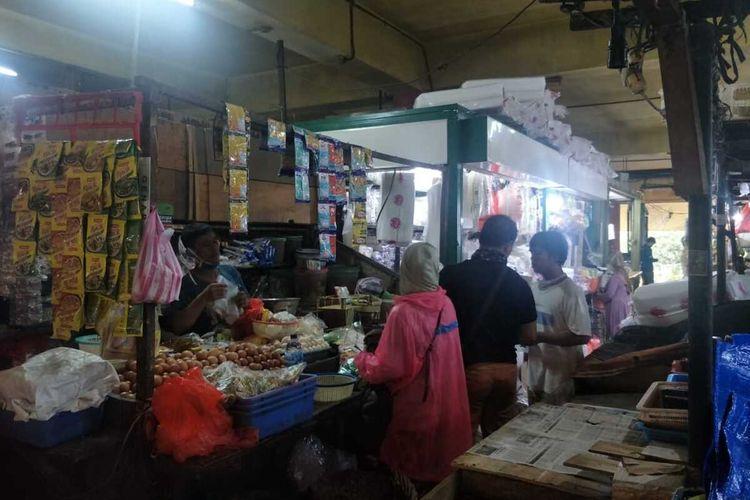 Pedagang-pedagang kembali berjualan di Pasar Kopro, Tanjung Duren, Grogol Petamburan, Jakarta Barat, Kamis (2/7/2020)
