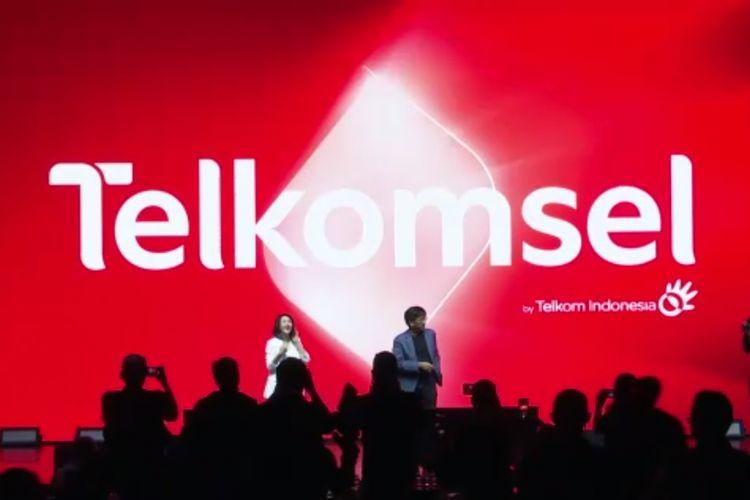 Logo baru Telkomsel dengan ikon portal. Merpresentasikan, bersama Telkomsel, pelanggan bisa memasuki dunia baru dan mengeksplor hal-hal baru.