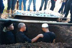 Jenazah Ayah Sule Dikebumikan