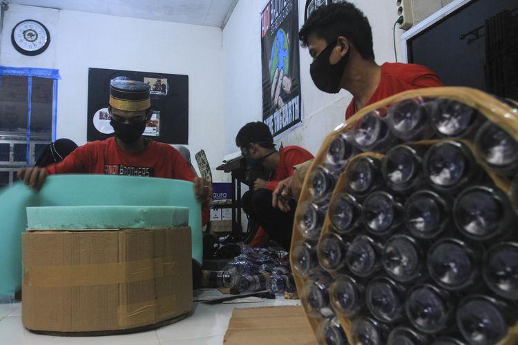 Para pekerja di Andi Brother sedang membuat sofa berbahan baku botol plastik bekas di Jalan Ratusianum, Lorong Langgar Nomor 32 RT 38 Kelurahan 3 Ilir, Kecamatan Ilir Timur II Palembang, Sumatera Selatan, Sabtu (24/10/2020).