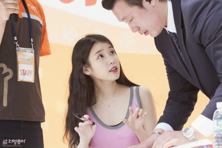 IU dan bodyguard-nya, Tuan Park.