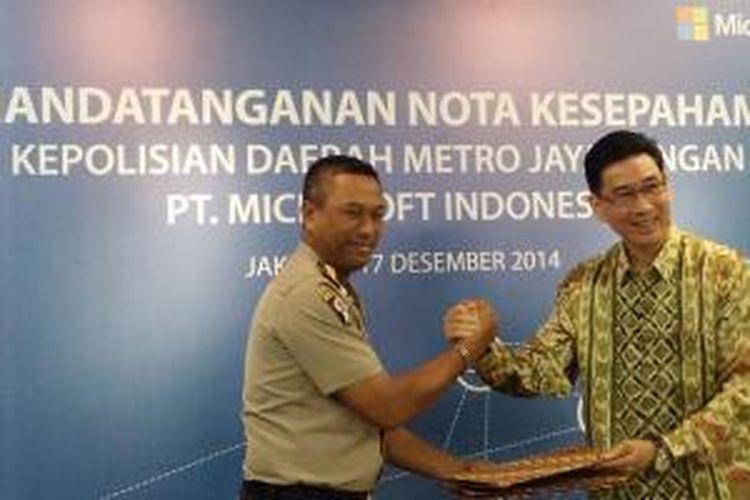 Kombes (Pol) Budi Widjanarko, DirBinmas Polda Metro Jaya dan Andreas Diantoro, Presiden Direktur Microsoft Indonesia dalam acara penandatanganan MoU untuk mendorong kesadaran dan perlindungan keamanan dunia maya bagi konsumen dan pelaku bisnis di Jakarta, Rabu (17/12/2014).