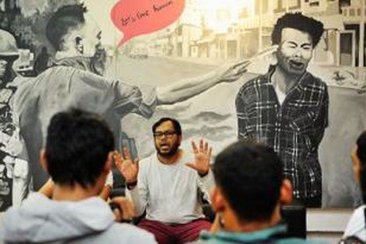 Koordinator Kontras Haris Azhar mengkritisi draf rancangan KUHP dan KUHAP di Kantor Kontras, Jakarta, Minggu (2/3). Kontras meminta pemerintah dan DPR menghentikan pembahasan rancangan itu karena, antara lain, dinilai meniadakan sifat khas pengusutan pelanggaran HAM berat.