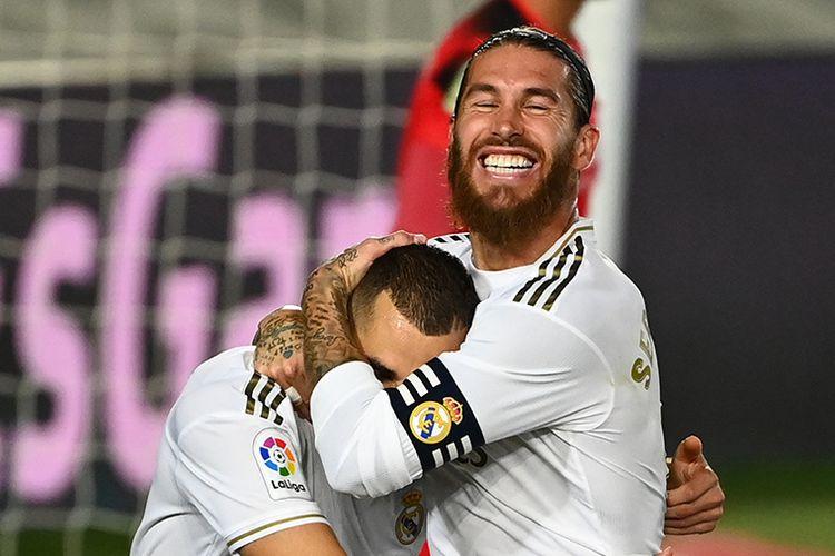 Pemain Real Madrid Karim Benzema (kiri) dan Sergio Ramos merayakan gol dalam laga melawan Villarreal dan berhasil keluar sebagai juara Liga Spanyol setelah menang 2-1, di Stadion Alfredo di Stefano, Valdebebas, pada Jumat (17/7/2020) dini hari WIB. Hasil ini menjadi trofi Liga Spanyol ke-34 Real Madrid dan yang ke-11 bagi Zinedine Zidane menangani Los Blancos, termasuk tiga gelar Liga Spanyol.