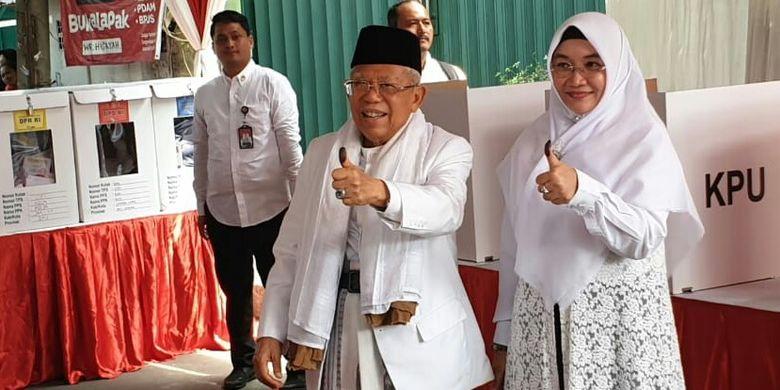Calon wakil presiden nomor urut 01 Maruf Amin dan istri mencoblos di TPS 051, Koja, Rabu (17/4/2019).