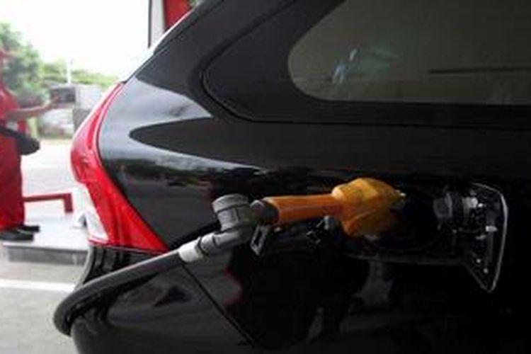 Petugas mengisis bahan bakar minyak (BBM) bersubsidi ke kendaraan yang telah dilengkapi radio frequency identification device (RFID) dalam simulasi uji coba RFID di Stasiun Pengisian Bahan Bakar Umum (SPBU) 31.10202 di Jalan Abdul Muis, Jakarta Pusat, beberapa waktu lalu.