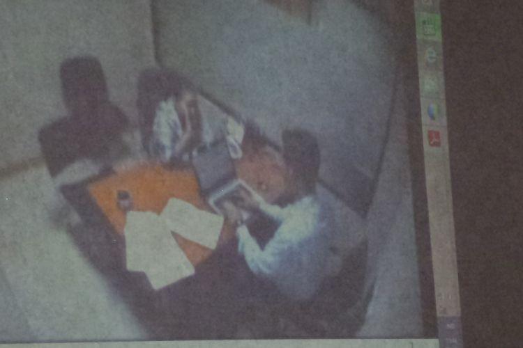Jaksa penuntut umum KPK memutarkan video pemeriksaan mantan anggota Komisi II DPR RI Miryam S Haryani saat diperiksa KPK. Video diputarkan di ruang sidang Pengadilan Tipikor, Jakarta, Kamis (30/3/2017).