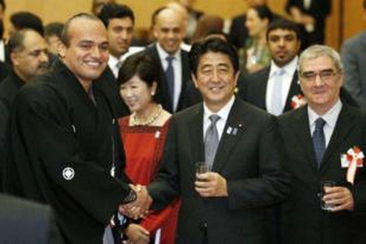 PM Jepang Shinzo Abe menggelar buka puasa bersama dengan 35 duta besar negara-negara Islam yang bertugas di Tokyo.