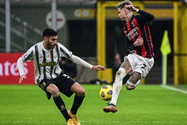 Bek Juventus, Gianluca Frabotta, and penyerang AC Milan, Samuel Castillejo, berduel pada laga Liga Italia, AC Milan vs Juventus, pada 6 Januari 2021 di Stadion San Siro, Milan.