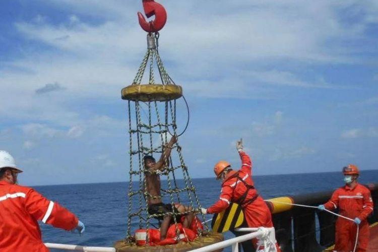 Proses evakuasi nelayan asal Pandeglang Banten ke kapal tujuan Tiongkok yang kebetulan melintas di Belitung Timur.