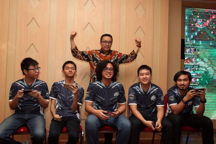 Menteri Pemuda dan Olahraga Republik Indonesia (Menpora) Imam Nahrawi (berdiri) berfoto dengan para atlet eSport Indonesia di Wisma Menpora, Jakarta, Selasa (29/1/2019).