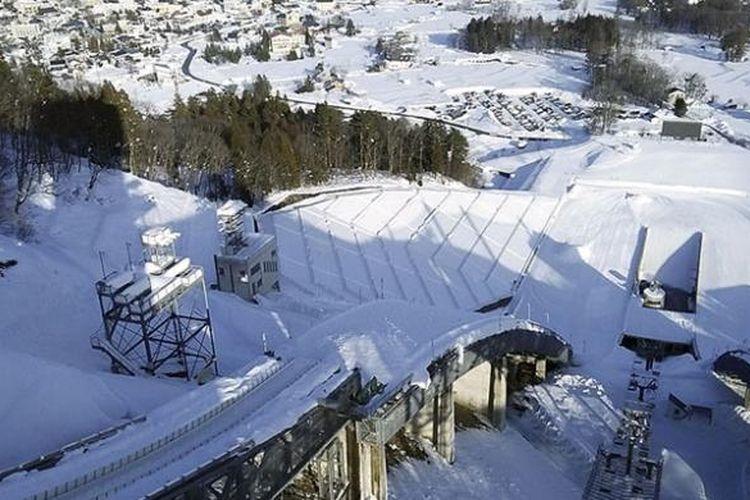 Lintasan ski di Stadion Ski Jumping Hakuba, Prefektur Nagano, Jepang. Sarana olahraga yang menjadi warisan Olimpiade Musim Dingin Nagano 1998 itu sangat terawat dan masih sering digunakan untuk kejuaraan internasional seperti Piala Dunia Ski Jumping 2016. Foto diambil akhir Januari 2017.