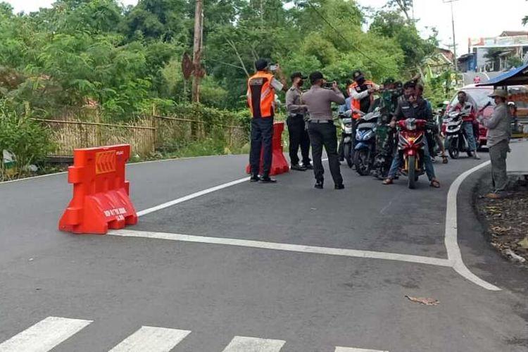 Petugas di Posko Warudoyong, Kabupaten Ciamis memberikan masker kepada pengendara yang keluar rumah tidak menggunakan masker, Rabu (15/4/2020).