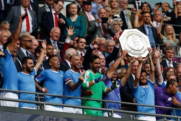Sergio Aguero dan David Silva mengangkat trofi Community Shield seusai Manchester City memenangi laga Liverpool vs Man City di Stadion Wembley via adu penalti, 4 Agustus 2019.