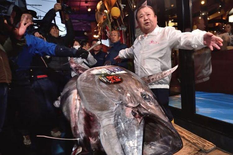 Kiyoshi Kimura berhasil membeli ikan tuna sirip biru dengan harga 193 juta yen.