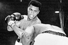 Hari Ini dalam Sejarah: Petinju Muhammad Ali Gantung Sarung Tinju