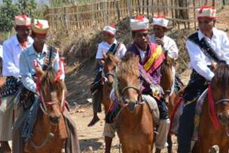 Warga Suku Rongga, Kabupaten Manggarai Timur, Nusa Tenggara Timur, memiliki tradisi menjemput tamu dengan berkuda.
