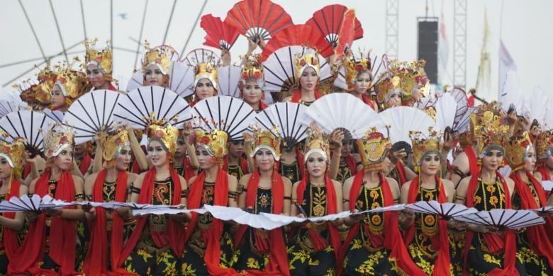 Penampilan penari gandrung pada Festival Gandrung Sewu yang melibatkan 1.000 lebih penari Gandrung yang digelar beberapa waktu lalu di Pantai Boom, Banyuwangi, Jawa Timur.