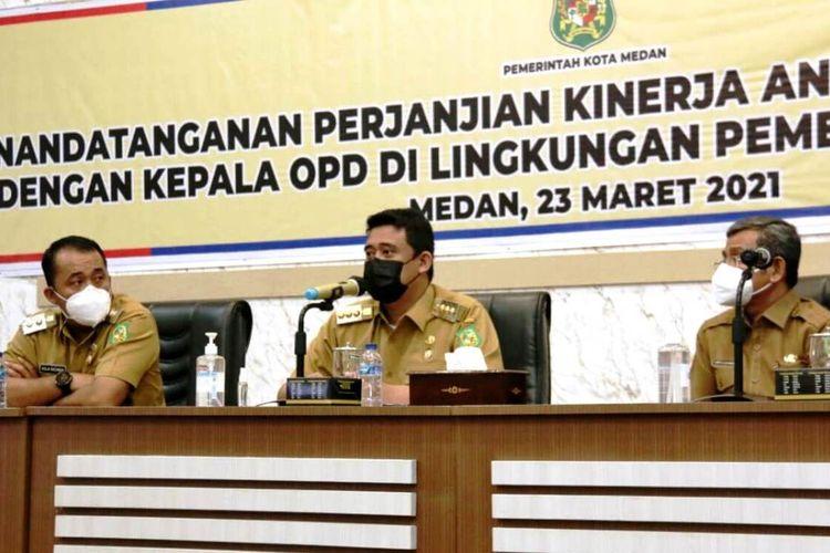 Wali Kota Medan Muhammad Bobby Afif Nasution menyaksikan penandatangan perjanjian kinerja dengan kepala OPD dan camat di lingkungan Pemerintah Kota Medan, Rabu (24/3/2021)