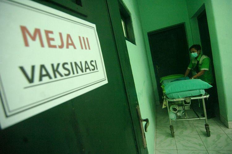 Petugas medis menata tempat tidur saat persiapan ruang vaksinasi COVID-19 di RSUD Kardinah, Tegal, Jawa Tengah, Selasa (12/1/2021). RSUD Kardinah akan menerima kedatangan vaksin COVID-19 dari Provinsi Jawa Tengah yang diperuntukkan bagi tenaga medis. ANTARA FOTO/Oky Lukmansyah/aww.
