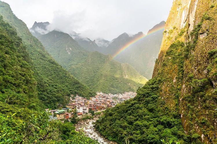 Tempat wisata di Peru - Kota Aguas Calientes yang kerap dilintasi oleh wisatawan yang hendak berkunjung ke Machu Picchu, Peru.