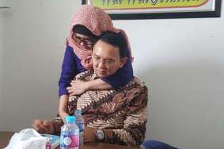 Terdakwa Basuki Tjahaja Purnama (Ahok) dipeluk kakak angkatnya, Nana Riwayatie, seusai menjalani sidang perdana dugaan penodaan agama di Pengadilan Negeri Jakarta Utara, Jalan Gajah Mada, Selasa (13/12/2016).