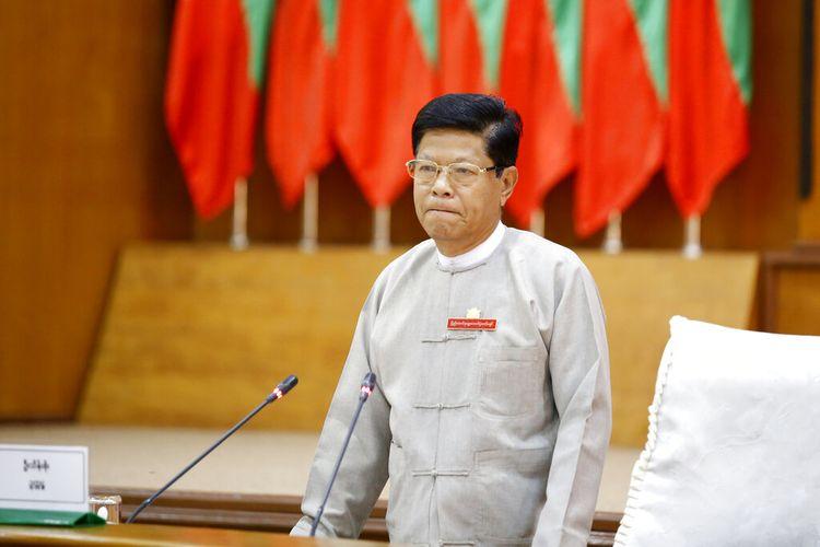 Ketua Komisi Pemilihan Umum Thein Soe berdiri saat rapat dengan perwakilan berbagai partai politik Jumat, 21 Mei 2021 di Naypyitaw, Myanmar.
