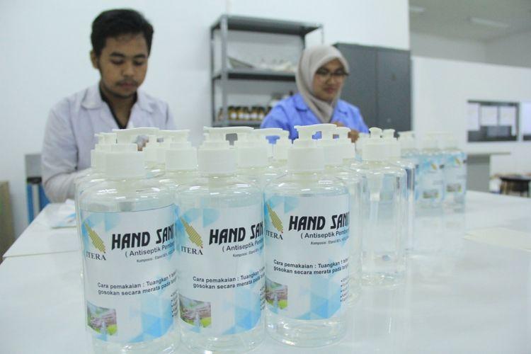 Mahasiswa Itera Lampung membuat hand sanitizer sendiri, Rabu (18/3/2020). Pembuatan hand sanitizer ini untuk memenuhi kebutuhan kampus akibat makin mahal dan langkanya hand sanitizer di pasaran.