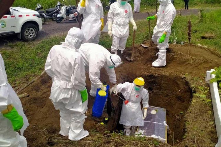 Suasana pemakaman jenazah RN, perempuan suspek covid-19 di Bener Meriah, Aceh, Rabu (29/7/2020).