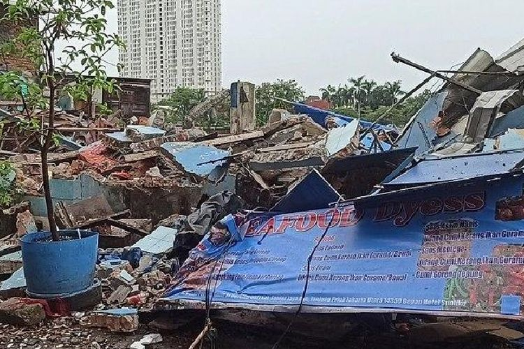 Puluhan bangunan yang dijadikan restoran dan kafe di sepanjang Danau Sunter, Tanjung Priok, Jakarta Utara, dibongkar petugas, Selasa (14/9/2021)