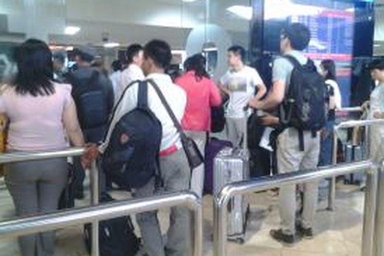 Para penumpang mengantri memasuki ruang tunggu di Bandara Soekarno-Hatta, Tangerang, beberapa waktu lalu
