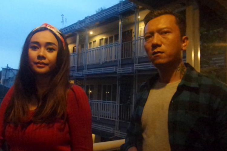 Teuku Rifnu Wikana dan Aura Kasih di lokasi shooting film Surat Kecil untuk Tuhan di kawasan Kemang, Jakarta Selatan, Rabu (12/4/2017).