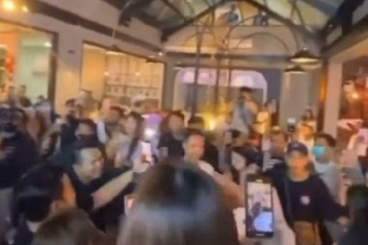 Tangkapan layar video kerumunan saat pembukaan restoran premium di Surabaya