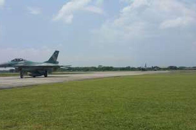 Pesawat tempur F16 yang mengikuti pra-latihan Angkasa Yudha turun menuju shelter di Skuadron Tiga Lanud Iswahjudi, Selasa (20/9/2016).