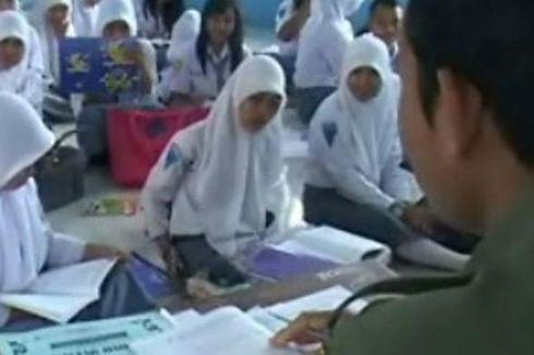 Sekolah Tak Punya Bangku, Siswa Mengeluh Sakit Punggung