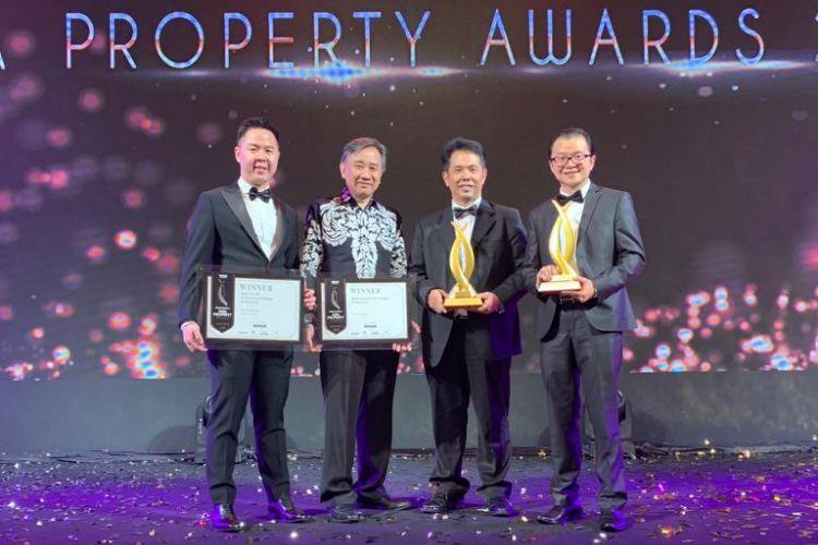 Presiden Direktur Triniti Land Ishak Chandra (kedua dari kanan) saat menerima penghargaan Asia Property Awards 2018 untuk kategori The Best Condominium, Jumat (12/11/2018). Ishak diapit juri asal Indonesia Doddy A Tjahjadi (kedua dari kiri), Direktur Triniti Land Kevin Jong (kiri), dan Presiden Direktur Triniti Dinamika Samuel Huang (kanan).