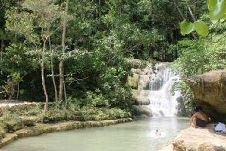 Curug Lepo tingkat pertama memiliki kolam yang dangkal untuk berenang.
