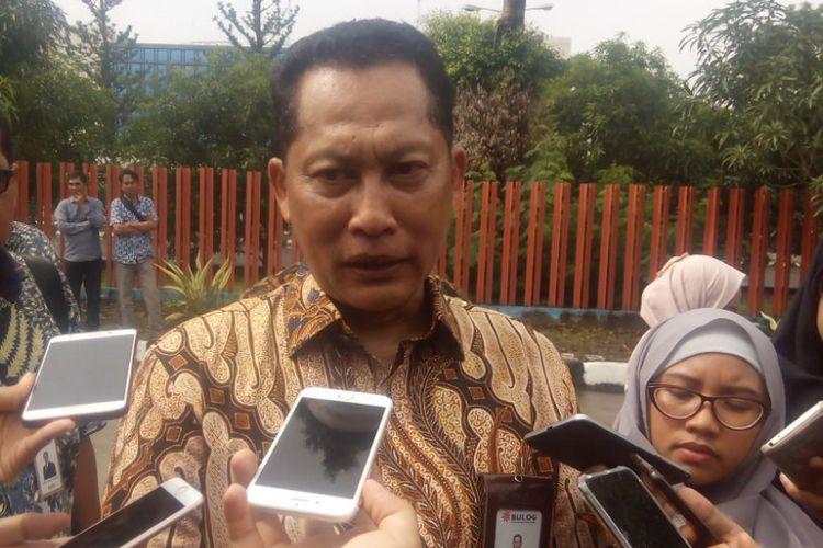 Direktur Utama Perum Bulog, Budi Waseso memberikan keterangan kepada awak media di Gudang di Kelapa Gading, Jakarta Utara, Kamis (10/1/2019).