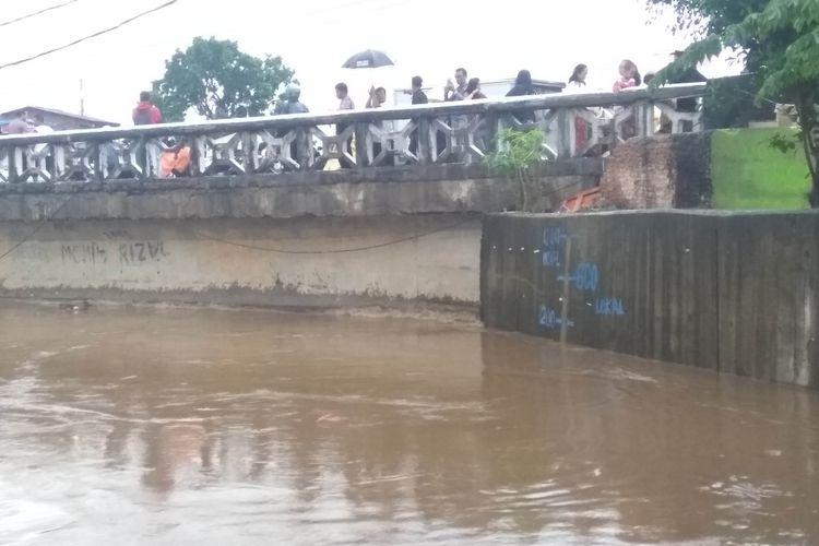 Situasi ketinggian air di kali Ciliwung, Kampung Pulo, Senin (5/2/2018)