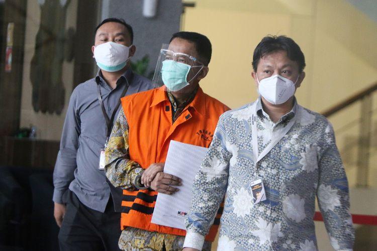 Tersangka mantan Direktur Pemeriksaan dan Penagihan pada Direktorat Jenderal Pajak (Ditjen Pajak), Kementerian Keuangan, Angin Prayitno Aji (tengah) . berjalan keluar seusai menjalani pemeriksaan di Gedung Merah Putih KPK, Jakarta, Kamis (1/7/2021). Angin Prayitno Aji diperiksa KPK sebagai tersangka terkait  kasus dugaan penerimaan hadiah atau janji terkait pemeriksaan perpajakan tahun 2016-2017 pada Ditjen Pajak. ANTARA FOTO/ Reno Esnir/aww.