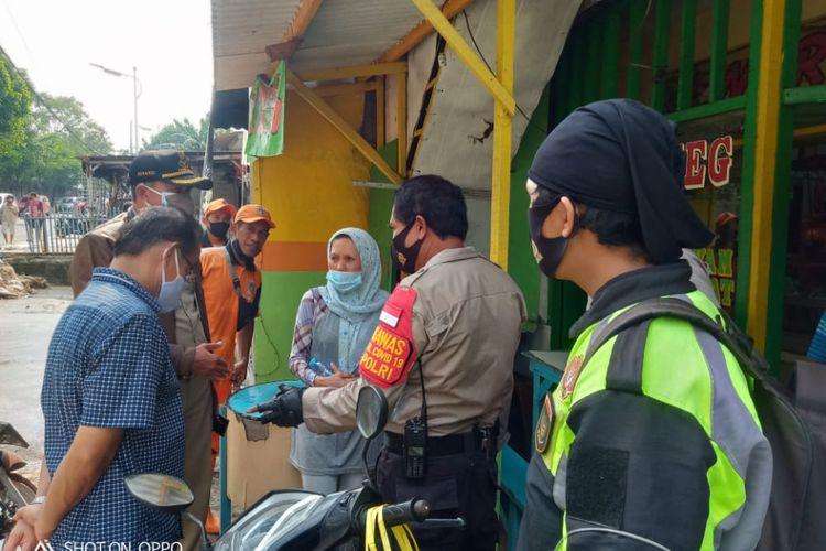 Yunus (tengah bertopi) bersama korban rampok di dekat Tempat Kejadian Perkara (TKP) Jalan TB Simatupang, Cilandak Timur, Jakarta pada Senin (26/10/2020) pagi.