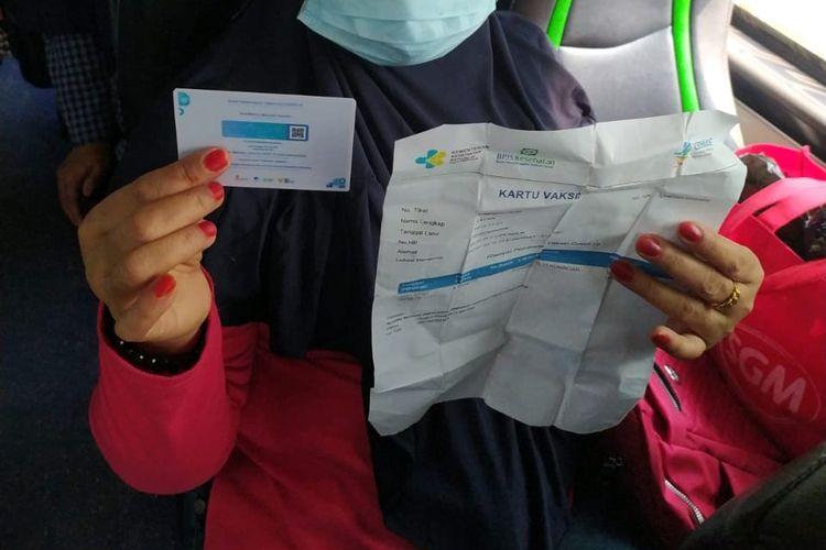 Penumpang bus yang berangkat dari Terminal Bus Kalideres menunjukkan sertifikat Covid-19 sebagai syarat perjalanan.