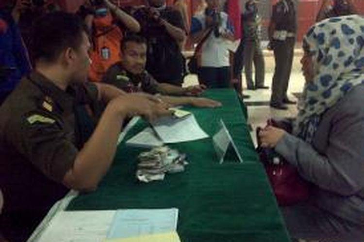 Retno Floritawati salah satu pembuang sampah sembarangan membayar denda Rp 100.000 setelah dinyatakan bersalah oleh hakim persidangan pelanggaran pembuang sampah sembarangan, di Tanjung Duren, Jakarta Barat, Selasa (27/1/2016)