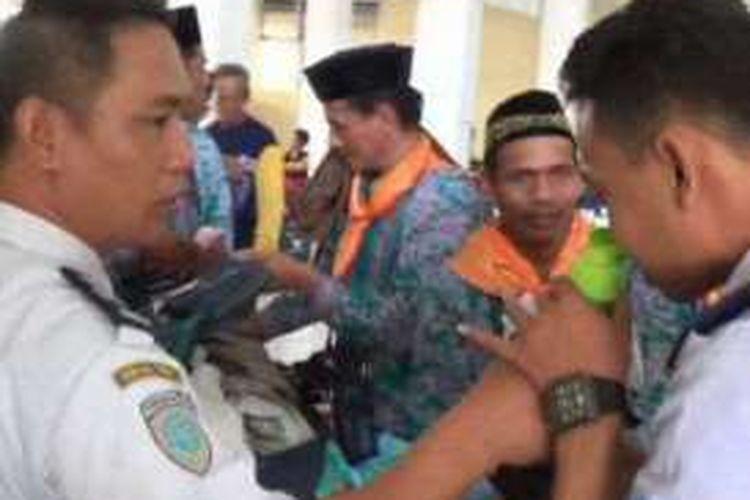Petugas Bandara Internasional Sultan Hasanuddin, Makassar, memeriksa barang bawaan jemaah calon haji asal Sulawesi Barat, Jumat (26/8/2016).