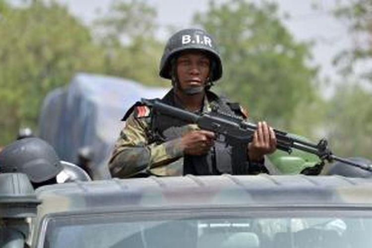 Seorang prajurit Kamerun tengah berpatroli di kota Waza, wilayah utara negeri itu untuk mewaspadai kemungkinan serangan kelompok militan Boko Haram. Bersama Chad dan Niger, Kamerun kini ikut membantu Nigeria memerangi Boko Haram,