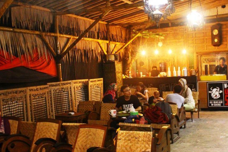"""Tak kalah unik di W-dangan Kandang Sapi ialah bangunan kafe, yang merupakan bekas rumah Belanda, atau masih bergaya Kolonial. Pemiliknya mengkombinaskan bangunan tua yang masih terdapat pernak-pernik klasik tersebut, dengan suasana pedesaan """"kandang sapi"""" di Boyolali."""