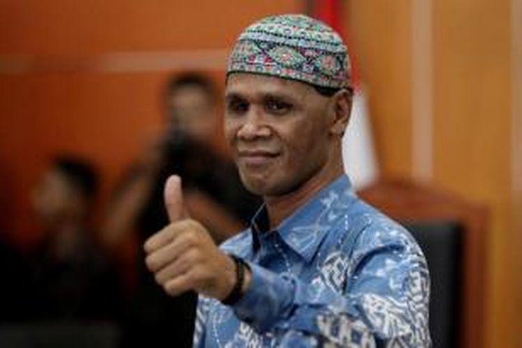 Terdakwa Hercules Rosario Marshal menjalani sidang perdana di Pengadilan Negeri Jakarta Barat, Kamis (30/5/2013). Hercules beserta kelompoknya ditangkap saat terjadi bentrok dan penyerangan kepada polisi di ruko kawasan Srengseng, Jakarta Barat, 8 Maret lalu.